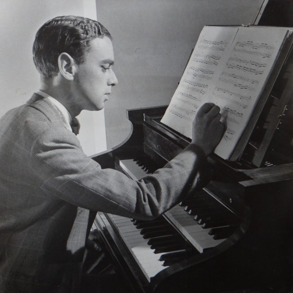 Raymond Russell at the harpsichord (© Maud Russell Estate)