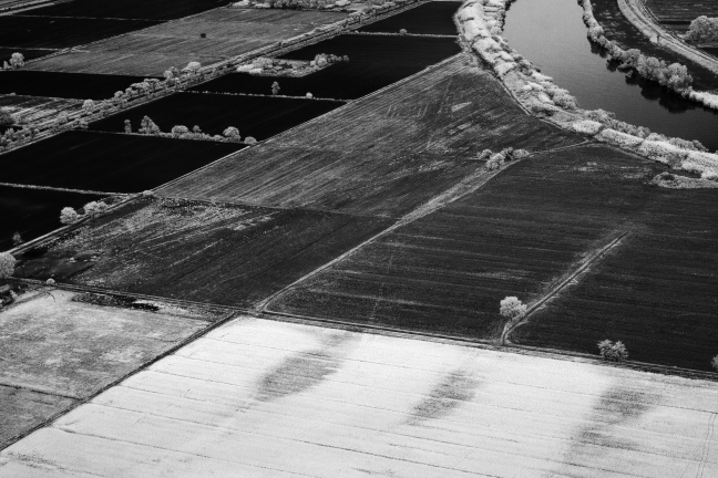 An infra-red photo of the flat land lying between the hexagonal basin and the Tiber, with evidence of traces of the Roman road and canal system showing on the left of the picture